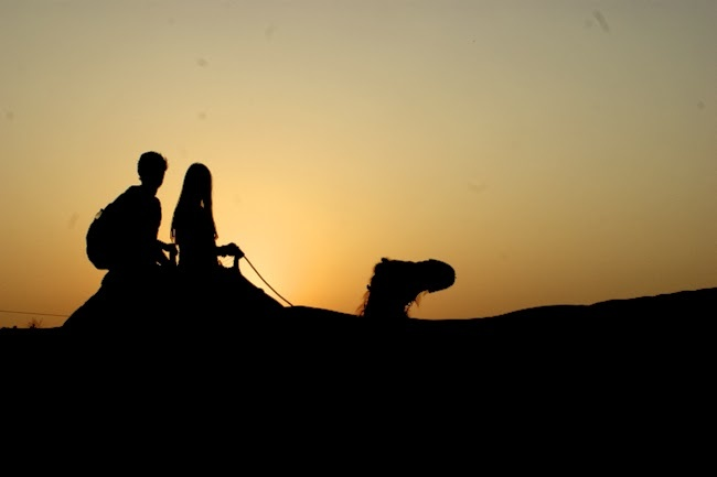 kamelreiten bei sonnenuntergang in ras al-khaimah, sunset camel riding in the desert