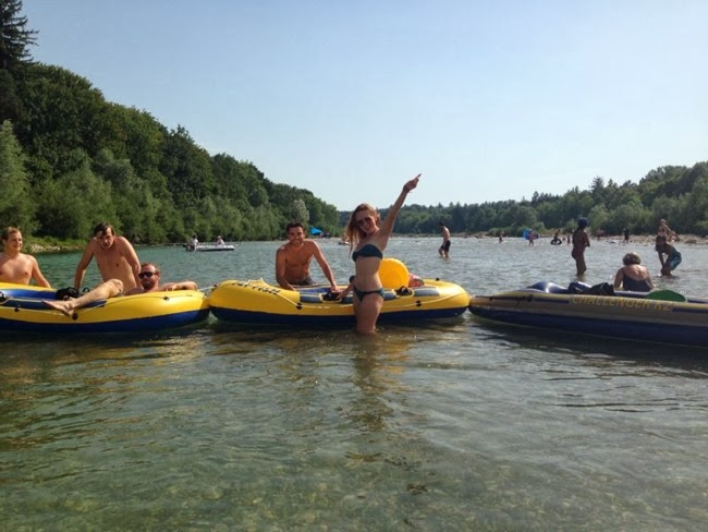 redhead girl at the beach, schlauchboot tour auf der isar